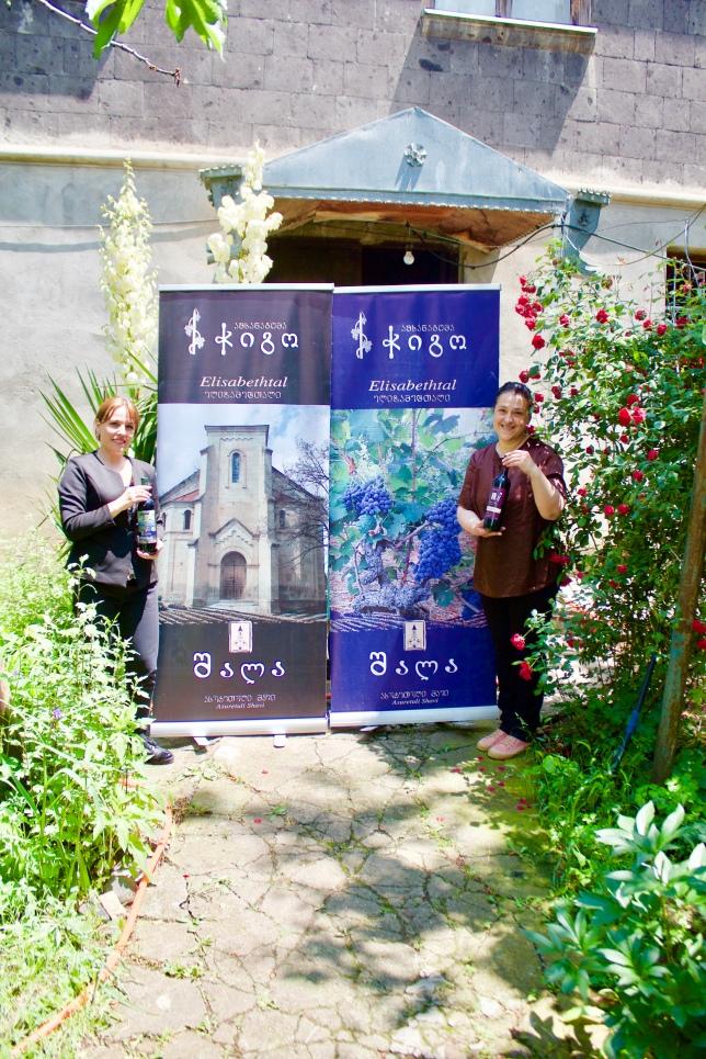 4.6.18 Werbung für den Wein vor Dschuljettas Haus